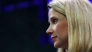 CEO Yahoo: Tinggal atau Pergi dengan Parasut Emas?