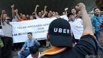 Pengemudi Online Demo di MGK Kemayoran