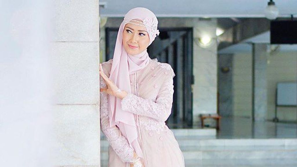Video: Mengintip Isi Tas Model Hijab Lulu Elhasbu