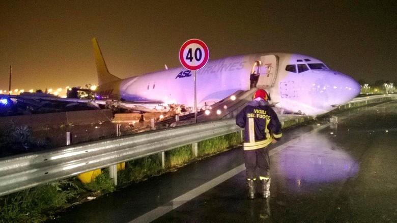 Tergelincir Saat Mendarat di Italia, Pesawat Kargo DHL Meluncur ke Jalanan