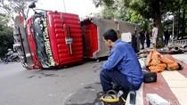 Mobil Pemadam Kebakaran Terguling di Kebayoran