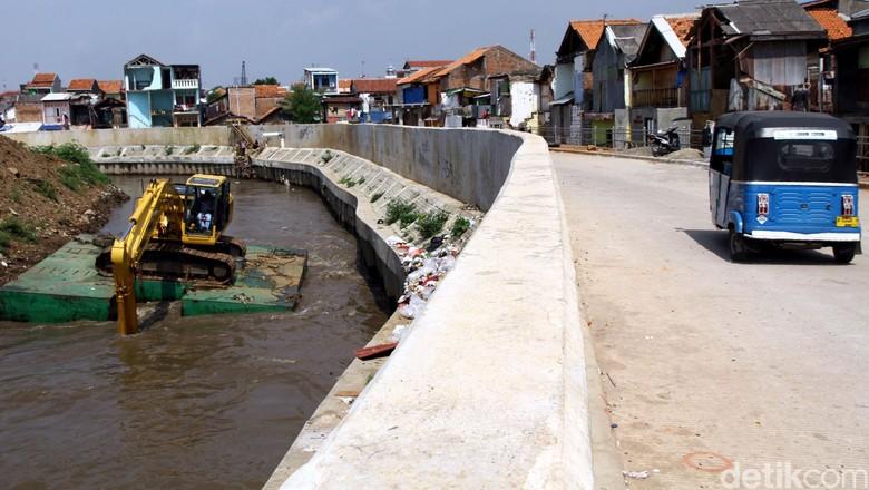 Lumpur Sungai Ciliwung Dibersihkan