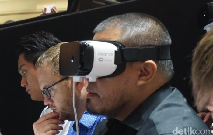 Joko Anwar dengan Gear VR (Foto: detikINET/Rachmatunnisa)