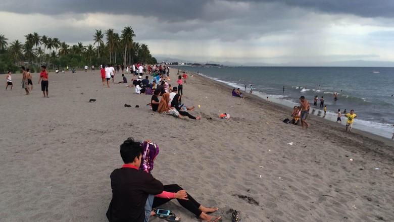 Foto: Wisatawan di Pantai Meninting, Lombok (Ahmad Masaul/detikTravel)