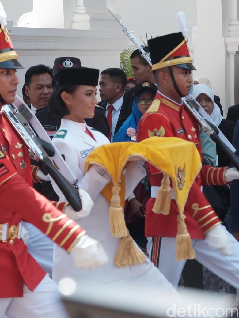 Cerita Nilam, Baru Tahu Jadi Pembawa Baki Bendera Pusaka Jam 07.00 WIB