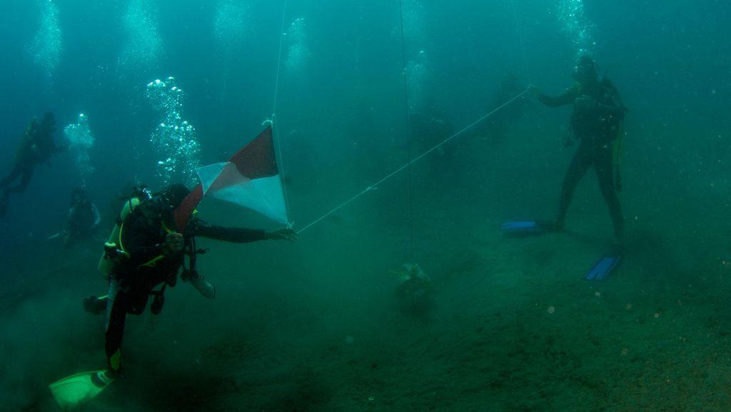 Bendera Merah Putih Berkibar di Bawah Laut Maumere