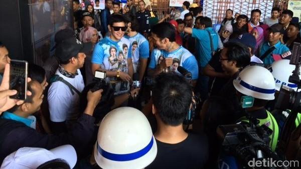 <i>Ngamen</i> di Stasiun Kota, Bintang Warkop DKI Reborn Bikin Heboh