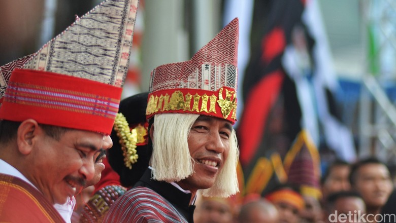 Presiden Jokowi saat memakai baju adat di Danau Toba (Muhammad Iqbal/detikTravel)