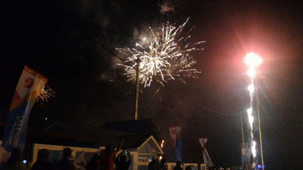 Meriah! Ada Pesta Kembang Api di Karnaval Danau Toba