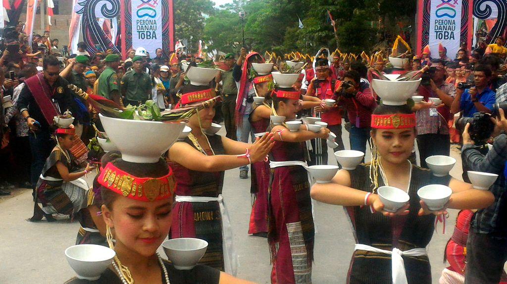 Seru banget, Aneka Tarian Batak Dilepas Jokowi di Pawai Karnaval Danau Toba
