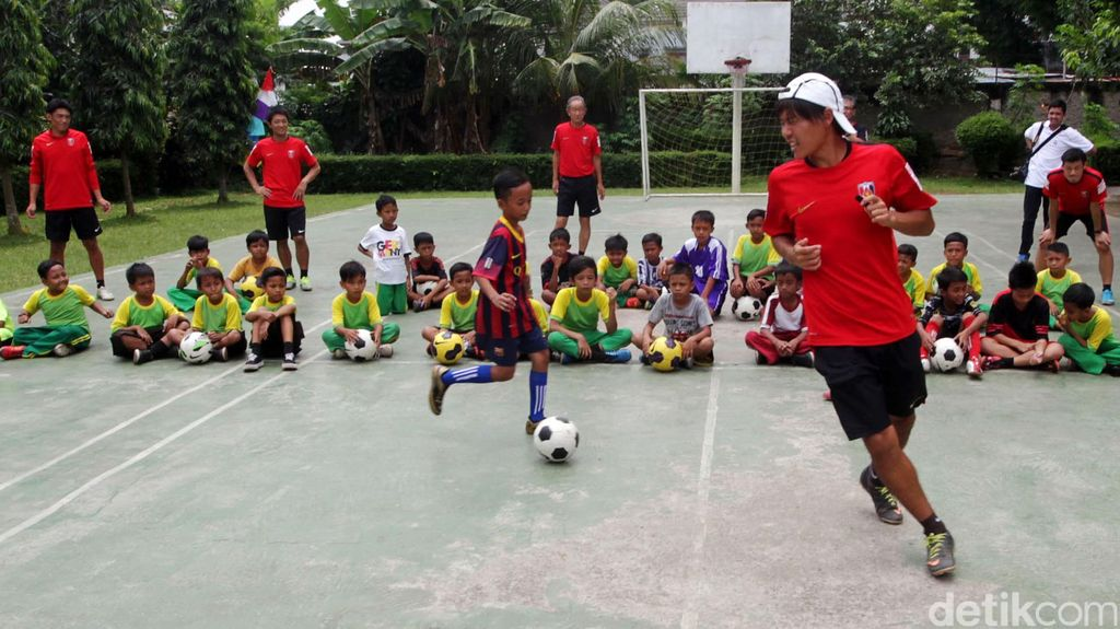 Urawa Red Diamonds Ajari Siswa SD Bermain Sepakbola
