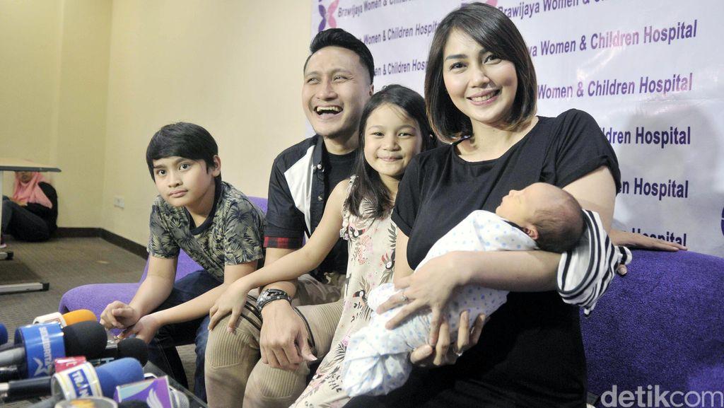 Rahasia Keharmonisan Rumah Tangga Arie Untung dan Fenita