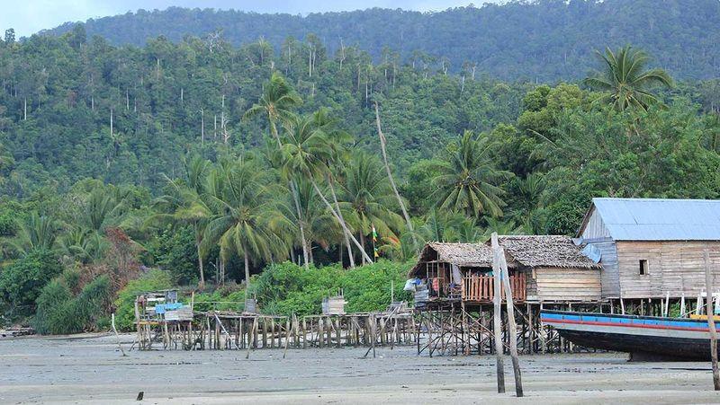 Kepulauan Karimata memiliki sekitar 60 pulau kecil. Yang paling populer adalah Pulau Karimata yang dapat ditempuh dengan speedboat selama 2-3 jam perjalanan (Randy/detikTravel)