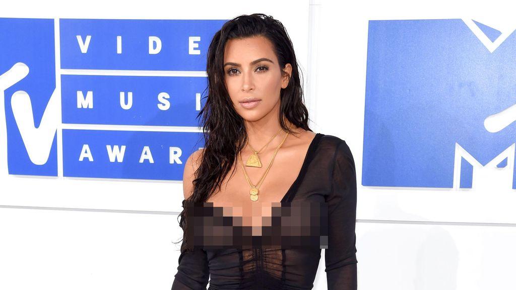 Tak Hanya Wajah, Kim Kardashian Juga Lakukan Makeup Pada Area Intim