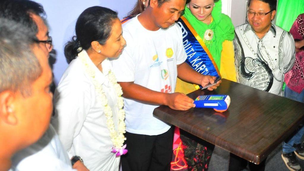 Menteri Rini Berikan 904 Kartu Tani, Petani Lebih Mudah Ajukan Kredit ke Bank