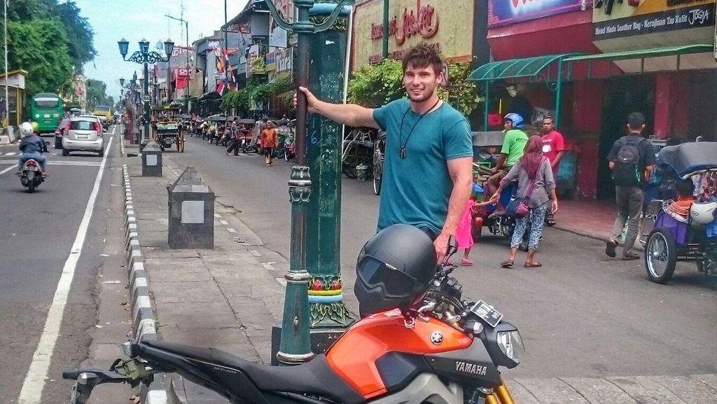 Turing Pakai MT-09, Freestyler Australia Ini Terkesan dengan Indonesia