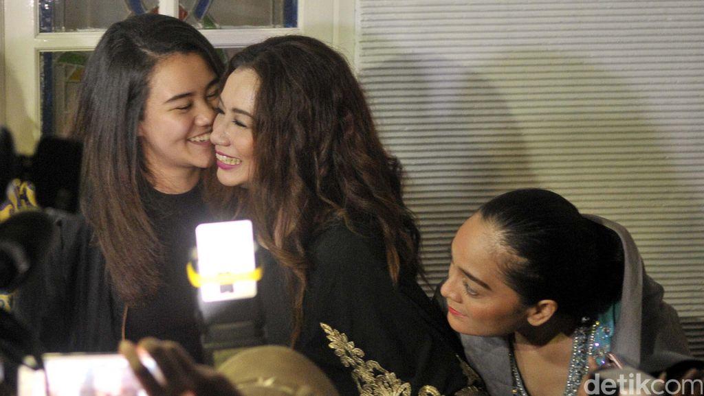 Kecupan Aaliyah dan Pelukan Zahwa untuk Reza Artamevia