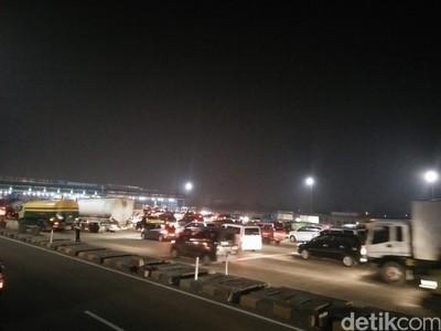 Malam H-3 Lebaran, Tol Jakarta-Cikampek Macet hingga 8 KM