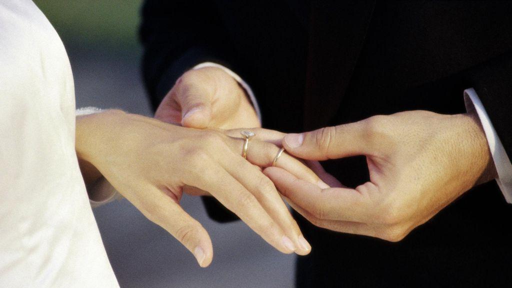Sisi Psikologis di Balik Pasangan yang Menikah Terlalu Muda