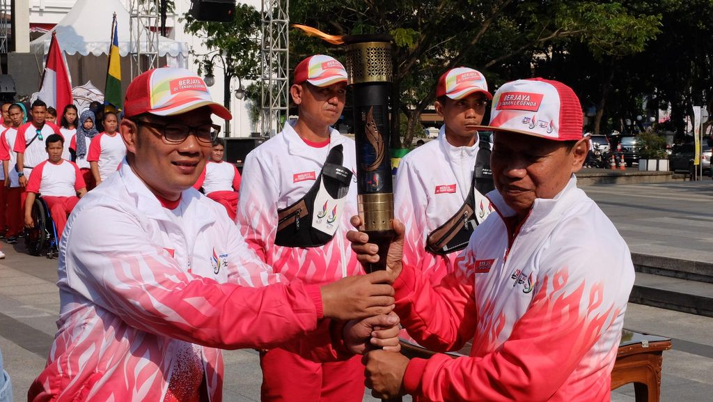Api PON Jabar: Dikirab Susy Susanti dkk., Diterima Jokowi, Disulut Karateka Cilik