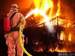Dini Hari, Sebuah Rumah di Tebet Terbakar
