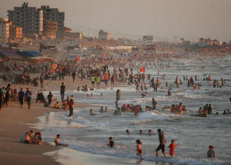 Foto: Liburan bagi warga Gaza di Palestina berarti saatnya pergi ke pantai. Pantai jadi satu-satunya destinasi liburan yang bisa dijangkau warga Gaza karena gratis (Nidal Al Mughrabi/Reuters)