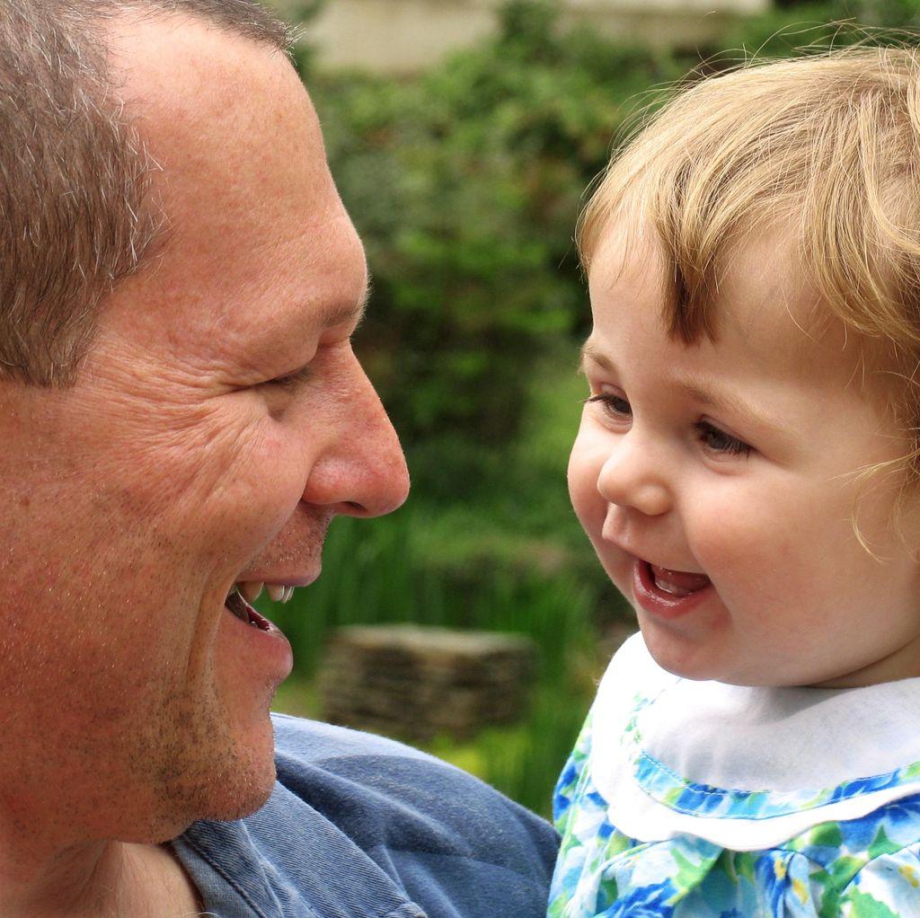 Ini Alasan Ilmiah Ayah Tampak Lebih Sayang ke Anak Perempuan