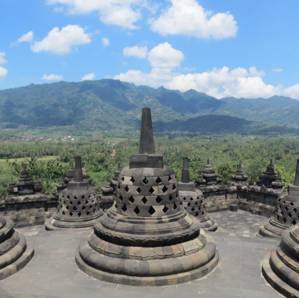 Kenakan Kaos Palu Arit, Wisatawan Asing Diberi Ganti Gambar Borobudur