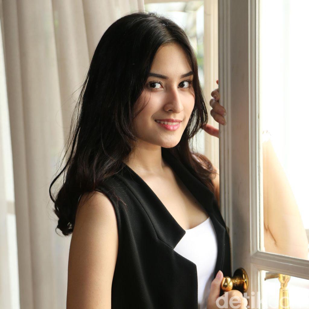 Beda 10 Tahun dengan Adly Fairuz, Angbeen Rishi Akan Nikah Muda?