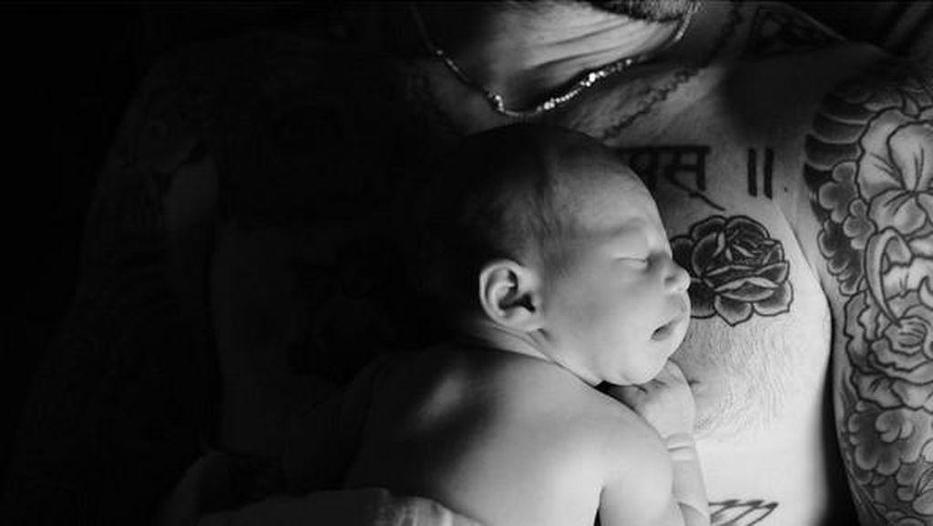 Ingin Cepat Dipanggil Dada, Adam Levine Lakukan Ini pada Bayinya