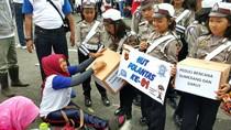 Saat Polantas Cilik Turun ke Jalan Galang Sumbangan untuk Warga Garut