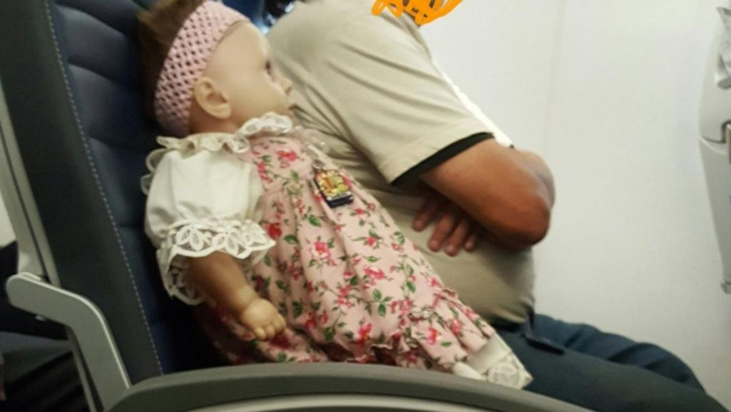 Misteri Boneka yang Bepergian Naik Pesawat Seorang Diri