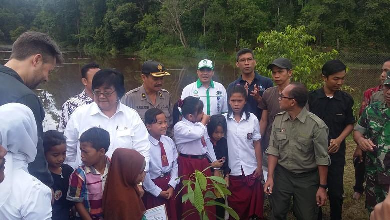 Menteri Siti Bagikan Bibit Tanaman, Buku Tulis dan Minyak Goreng ke Warga Jambi