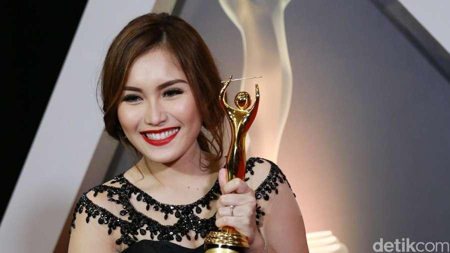 Sexy In Red! Gaya Ayu Ting Ting di AMI Awards 2016