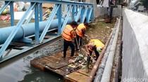 Risiko Pasukan Oranye Pembersih Sungai: Kena Beling hingga Tenggelam