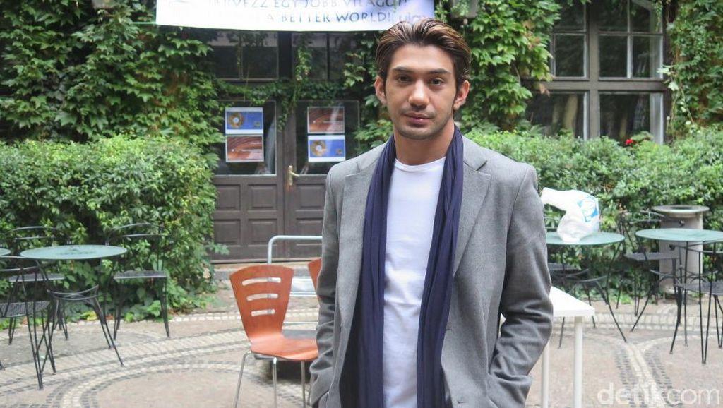 Rambut Reza Rahadian Mendadak Ash Brown di Surga yang (Tak) Dirindukan 2