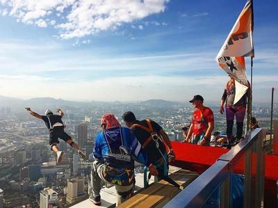 Ngeri-ngeri Seru! Seratusan Traveler Base Jump dari Puncak Menara Kuala Lumpur