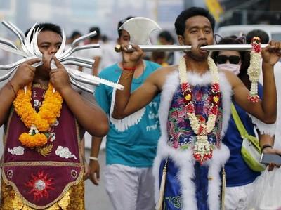 Berani Lihat Festival Debus Thailand?