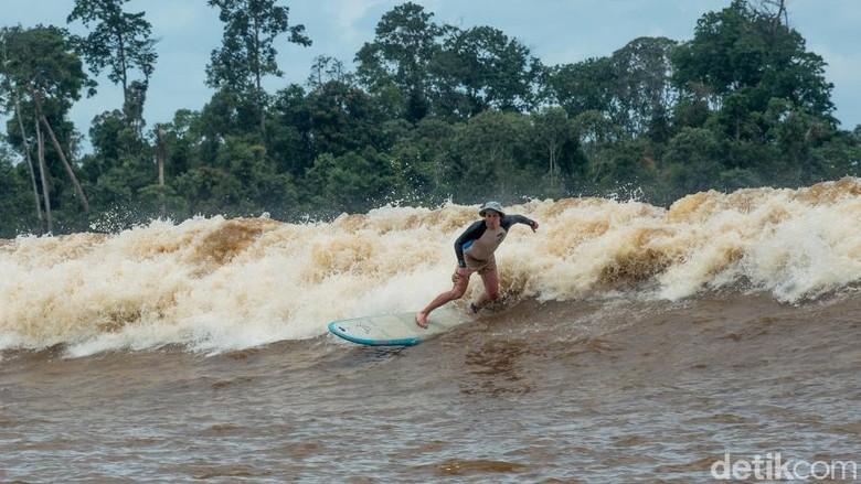 Foto: Gelombang Bono di Sungai Kampar, keajaiban dari Indonesia (Dok Kemenpar)