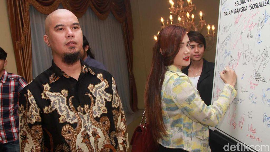Mulan Ikut Senam di Bekasi, Elma Theana Move On dari Aa Gatot