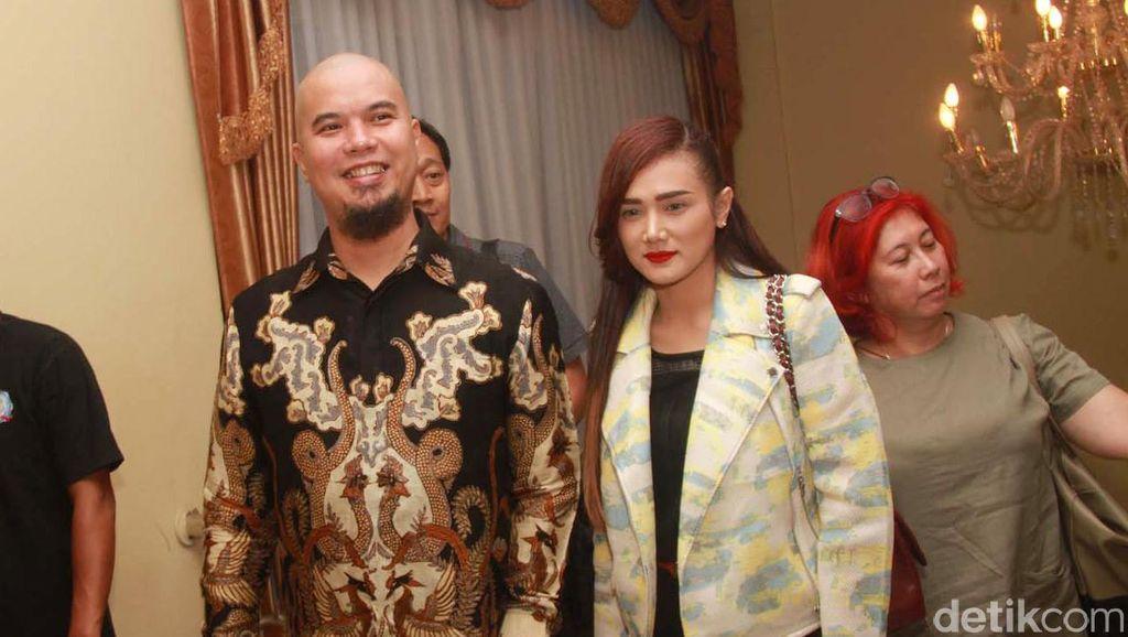 Belanja Barang Antik, Ahmad Dhani Selalu Ditemani Mulan Jameela