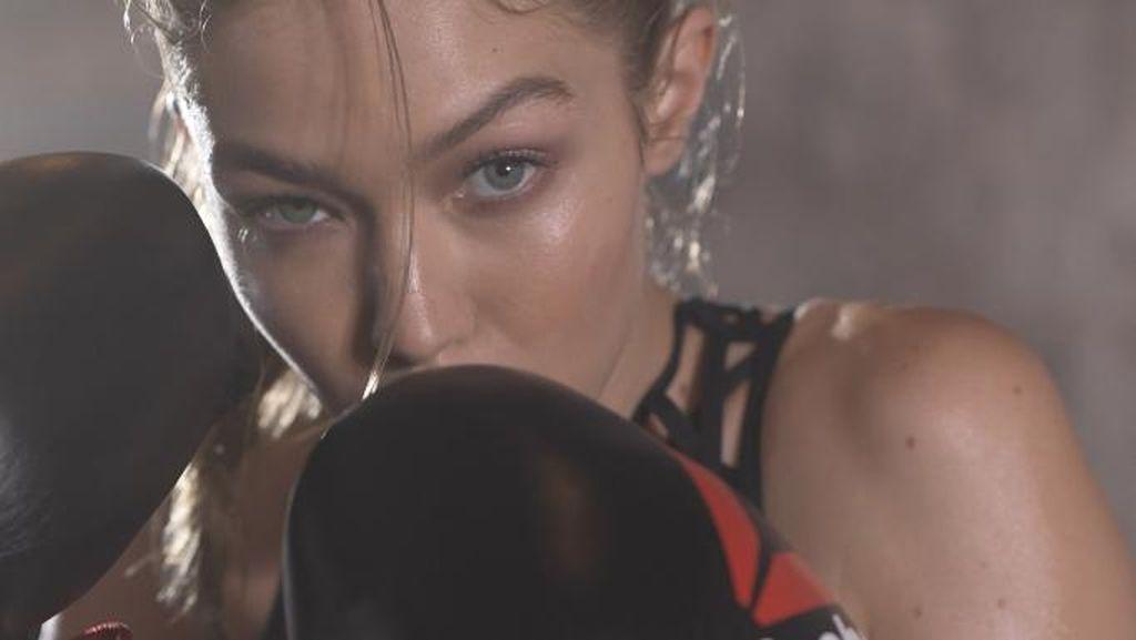 Gigi Hadid Tampil Sporty dan Seksi di Iklan Terbaru Reebok