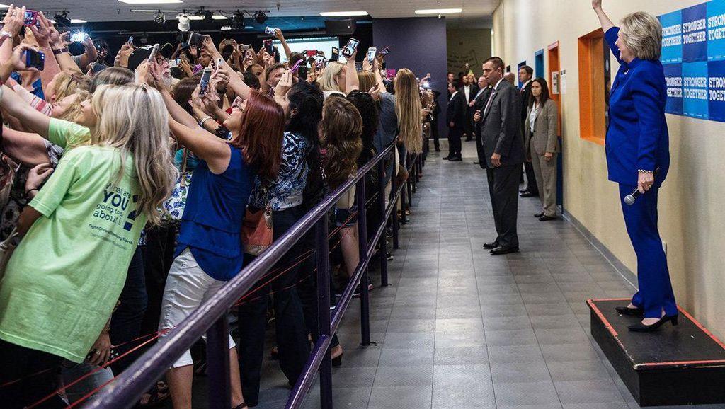 Kisah di Balik Selfie Massal Membelakangi Hillary