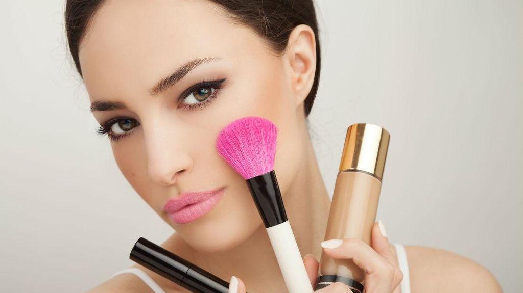 3 Kosmetik yang Wajib Dibawa Saat Traveling Menurut Makeup Artist