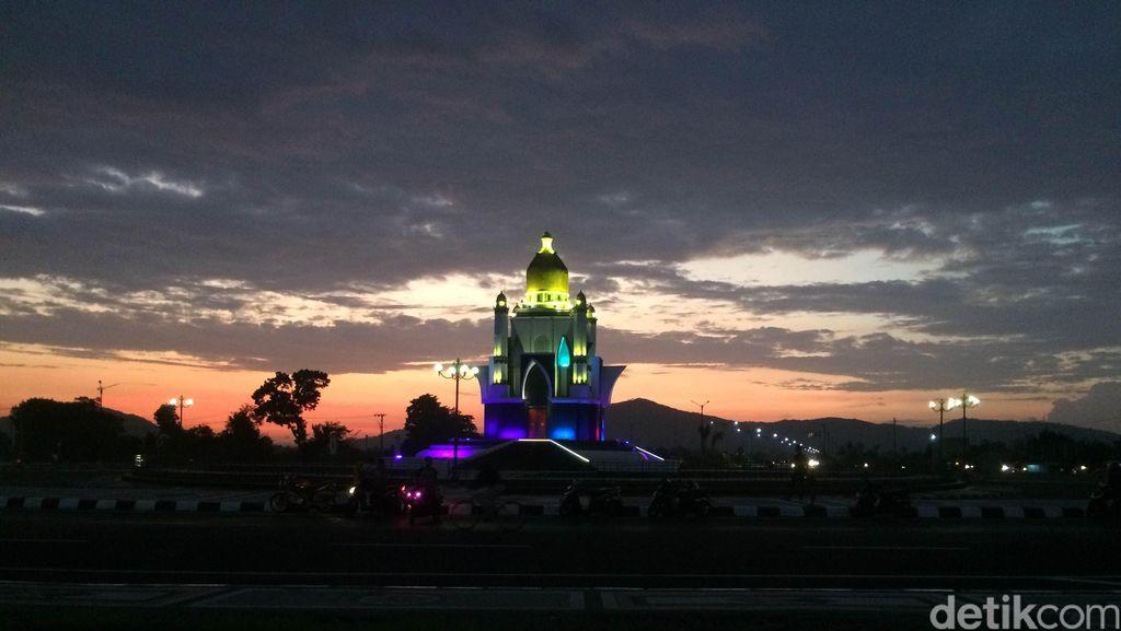 Tugu Cantik di Lombok, Seperti Masjid Menyala!