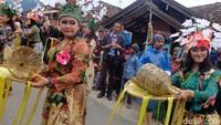 Para penari berkebaya warna warni itu membawa wadah berisi topeng bambu dan sejumlah butir tomat. Selanjutnya topeng itu diserahkan kepada pejabat dan tokoh masyarakat (Baban/detikTravel)