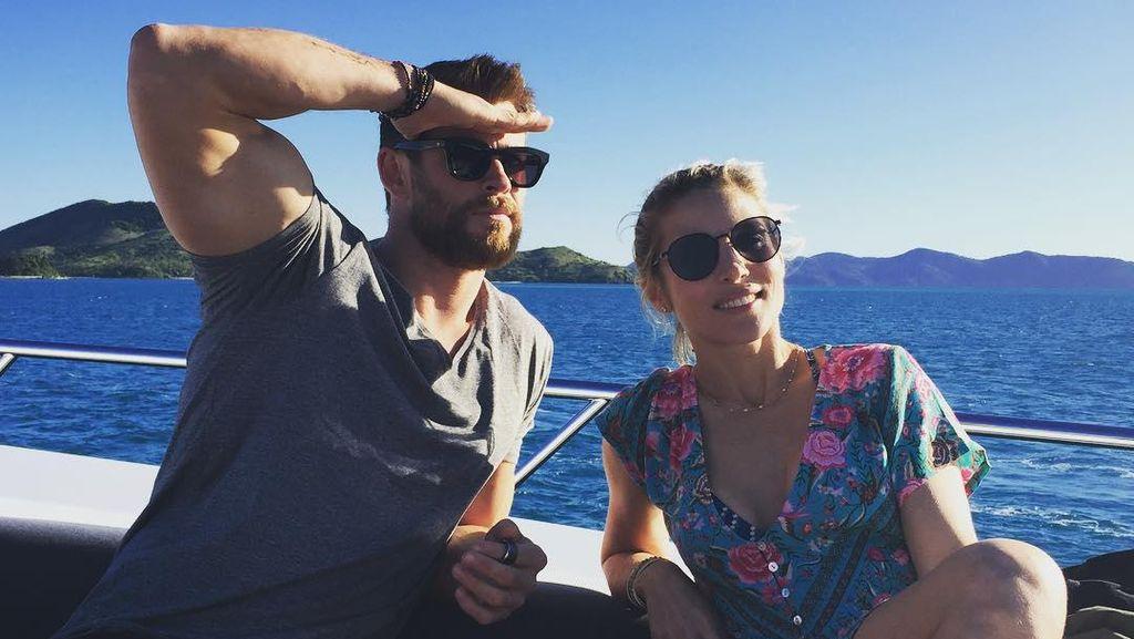 Hii... Chris Hemsworth dan Istri Selama Ini Tidur dengan Ular