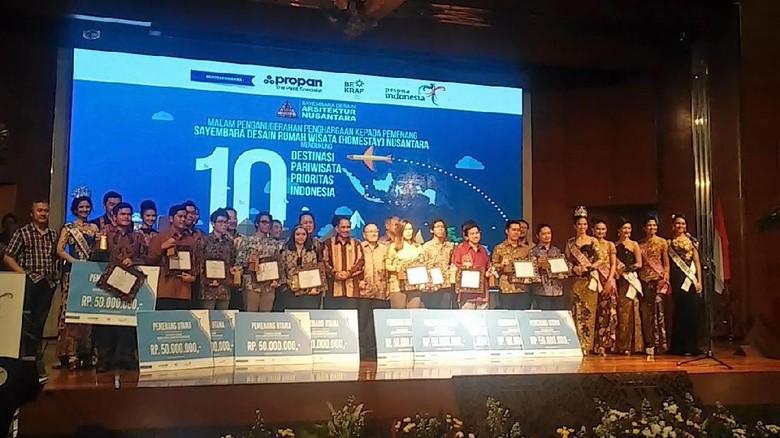 Para tim pemenang peringkat pertama Sayembara Desain Rumah Wisata Nusantara 2016 (Randy/detikTravel)