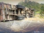 Pengendara Motor Tewas Tertimpa Truk Muatan Garam di Nagreg