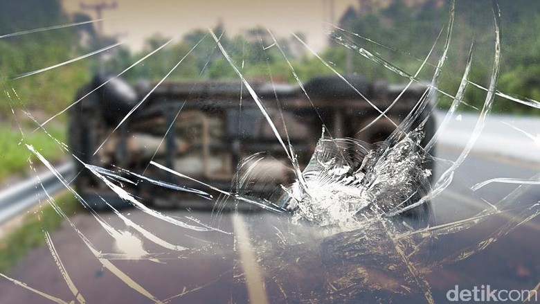 Truk Trailer Terbalik di Tol Tangerang-Merak, 2 Orang Luka-luka